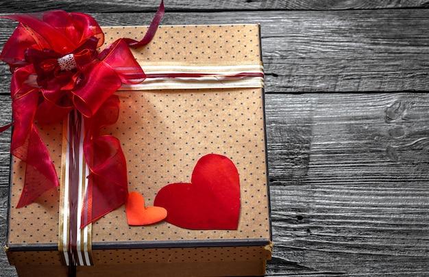 Mooie geschenkdoos voor valentijn, liggend op hout, concept vakantie Gratis Foto