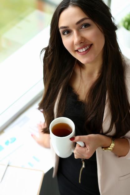Mooie glimlachende meisjesgreep in wapenskop Premium Foto