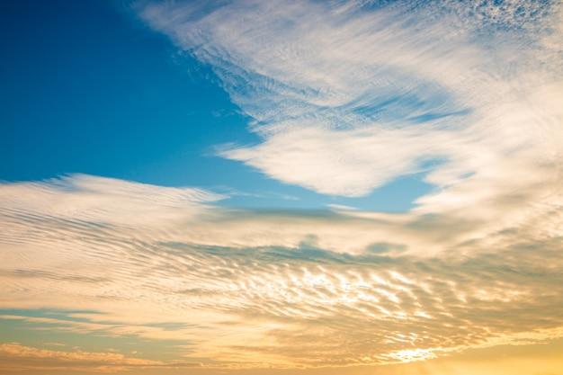Mooie gouden hemelwolk met zonsondergang. mooie lucht . Premium Foto