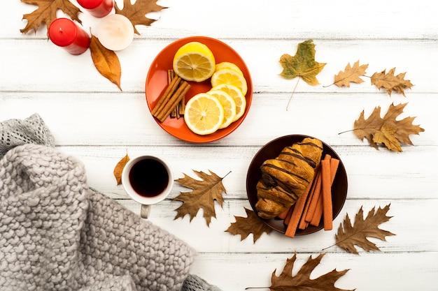 Mooie herfst lay-out met bladeren en koffie Gratis Foto