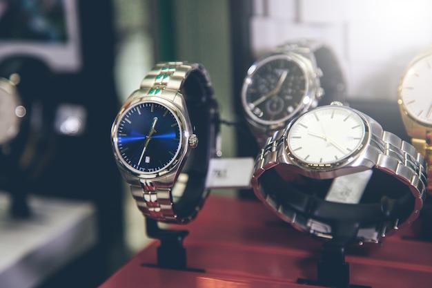 Mooie horloges voor vrouw op winkel Premium Foto