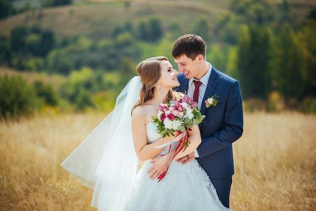 Mooie huwelijksgang op aard de oekraïne sumy Gratis Foto