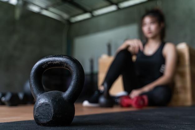 Mooie jonge aziatische gorlw uit te werken in de sportschool voor gezondheid en fitness Premium Foto