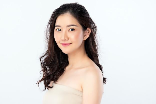 Mooie jonge aziatische vrouw met schone frisse huid. gezichtsverzorging, gezichtsbehandeling, cosmetologie, schoonheid en een gezonde huid en cosmetisch concept Premium Foto