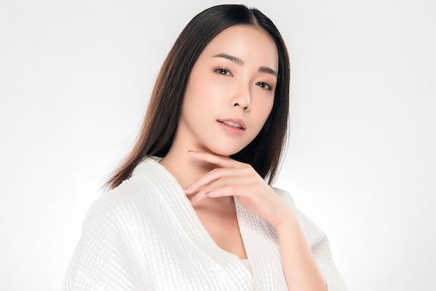 Mooie jonge aziatische vrouw met schone frisse huid, Premium Foto