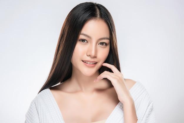 Mooie jonge aziatische vrouw met schone huid Premium Foto