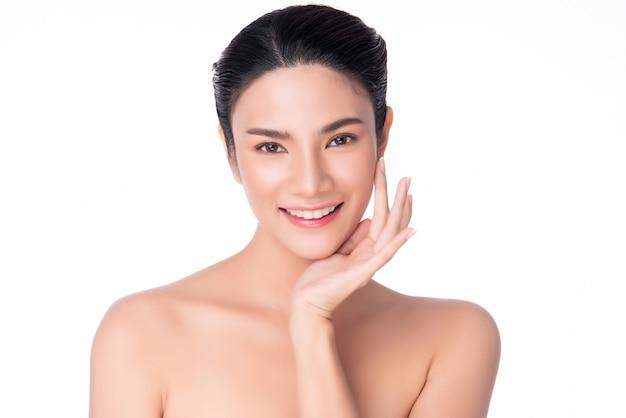 Mooie jonge aziatische vrouw wat betreft zachte wang en glimlach met schone en frisse huid Premium Foto