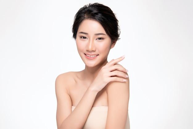 Mooie jonge aziatische vrouwenhand wat betreft op schouder. schone en frisse huid, beauty cosmetology concept Premium Foto