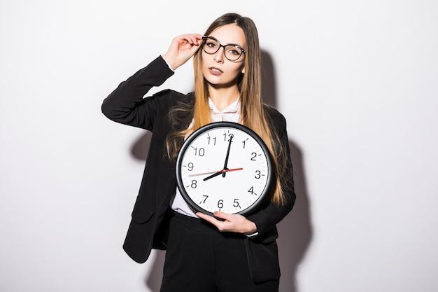 Mooie jonge bedrijfsvrouwenholding in handenklok op wit Gratis Foto