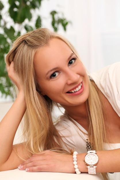 Mooie jonge blanke vrouw thuis Gratis Foto