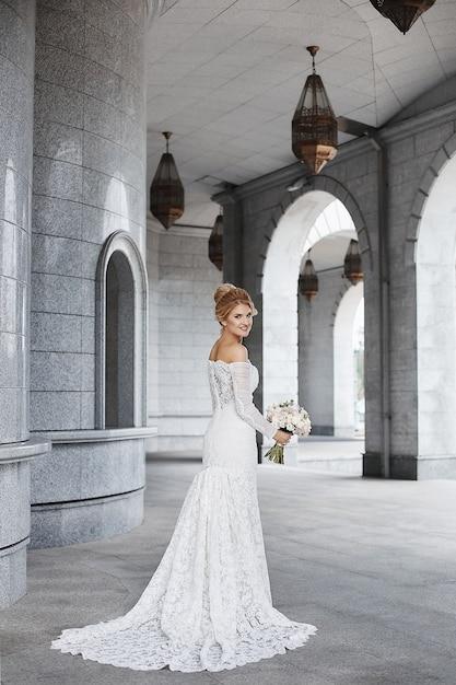 Mooie jonge bruid in haar trouwjurk Premium Foto