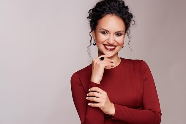 Mooie jonge brunette met krullend haar en lichte make-up Premium Foto