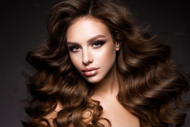 Mooie jonge brunette met make-up Premium Foto
