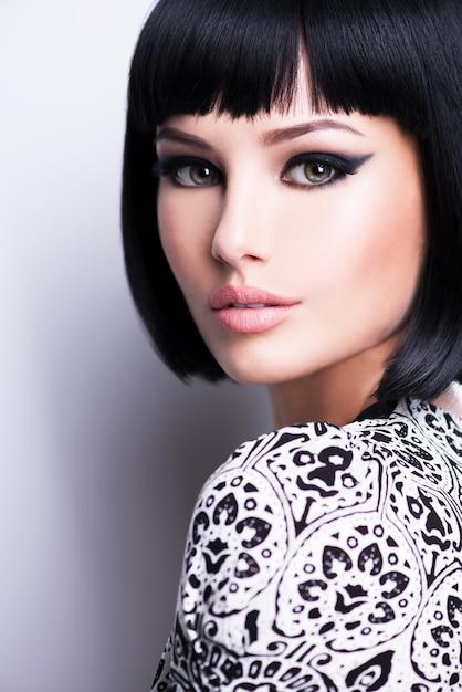 Mooie jonge brunette vrouw met kort kapsel Gratis Foto