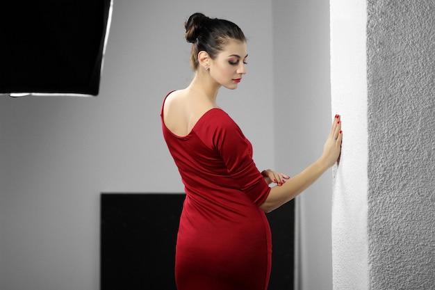 Mooie jonge dame in rode jurk Premium Foto