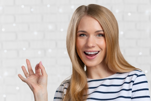 Mooie jonge glimlachende vrouw Premium Foto