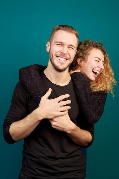 Mooie jonge liefdevolle paar lachen en knuffelen, veel plezier. familie. in een relatie. Premium Foto