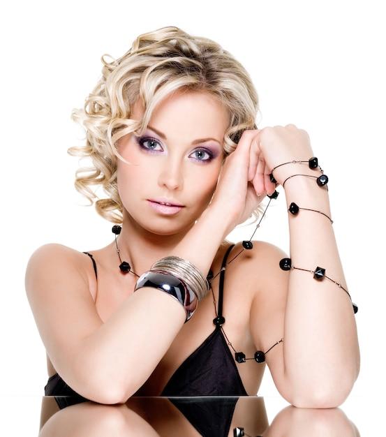 Mooie jonge mooie vrouw met accesorise - close-up Gratis Foto
