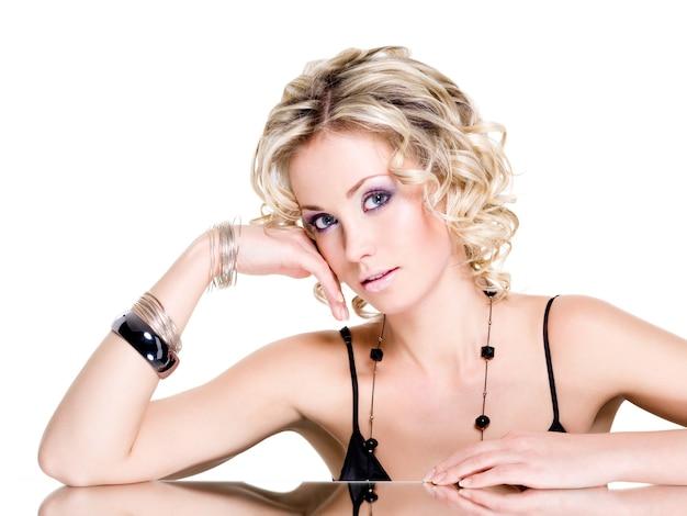 Mooie jonge mooie vrouw met armband Gratis Foto