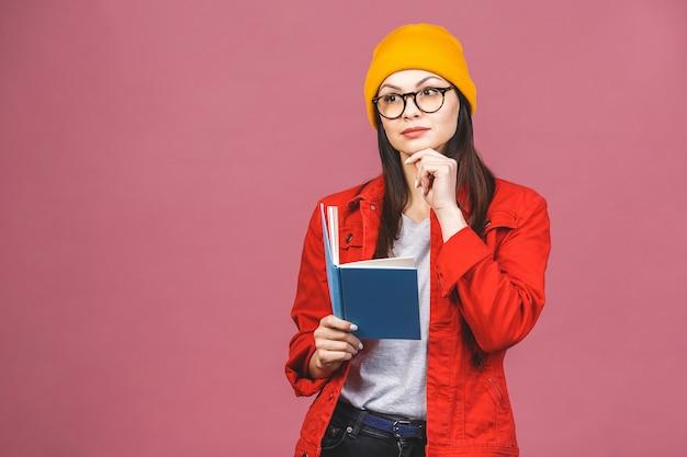 Mooie jonge vrouw casual dragen en oogglazen status Premium Foto