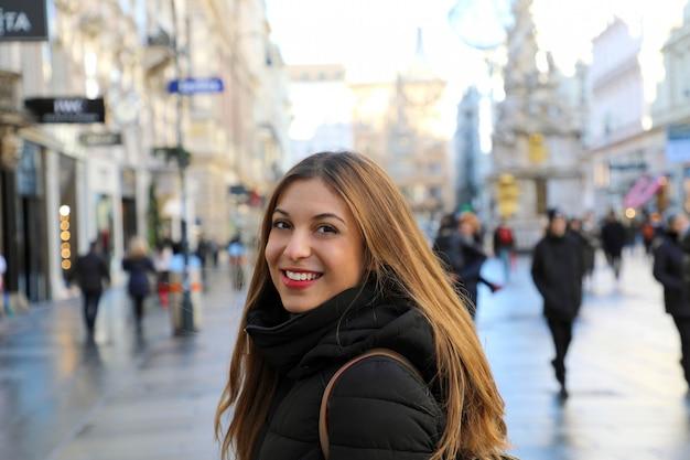 Mooie jonge vrouw die in wenen met de beroemde kolom loopt Premium Foto