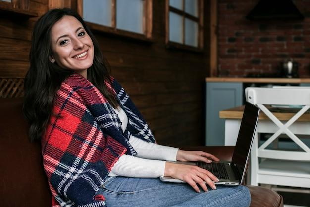 Mooie jonge vrouw die lacht Gratis Foto