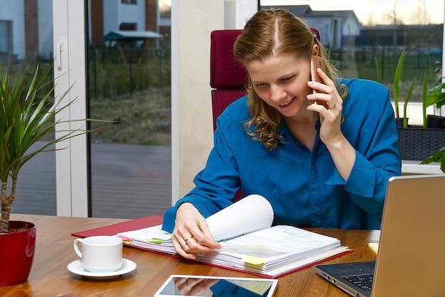 Mooie jonge vrouw die van huis, boekhouder, call centre werkt. afstandsonderwijs, werken op afstand, thuiskantoor Premium Foto