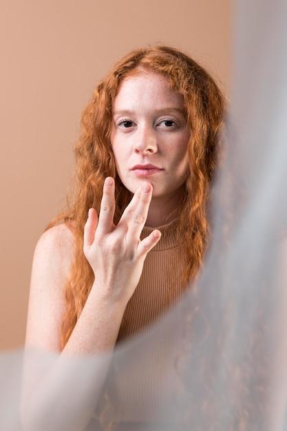Mooie jonge vrouw gebarentaal onderwijzen Gratis Foto
