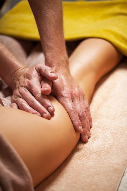 Mooie jonge vrouw geniet van massage Gratis Foto