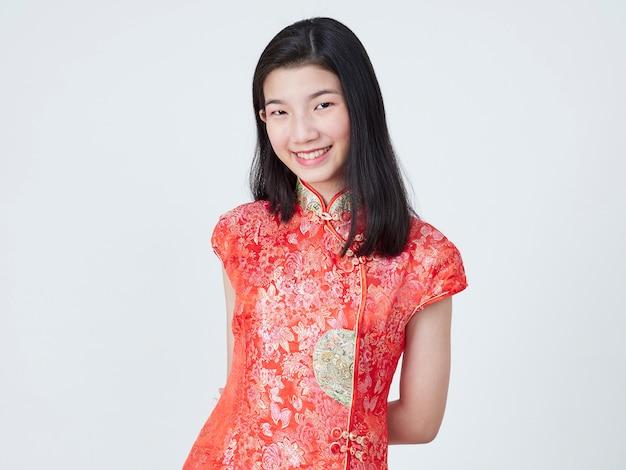 Mooie jonge vrouw in traditionele chinese kleding Premium Foto