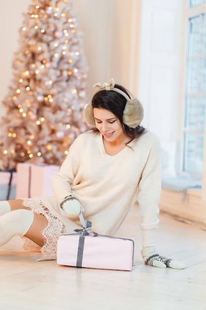 Mooie jonge vrouw in witte jurk poseren Gratis Foto