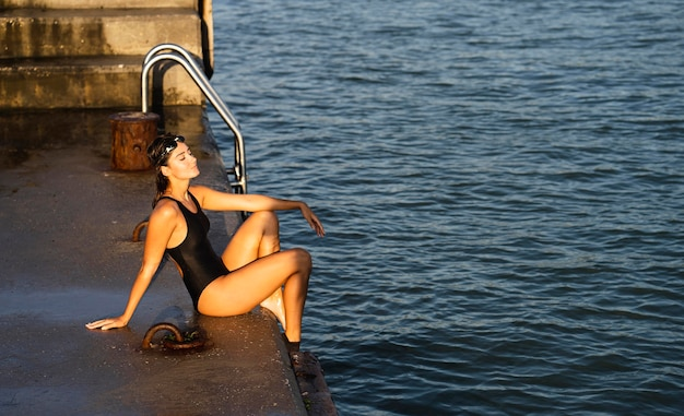 Mooie jonge vrouw klaar om te zwemmen Premium Foto