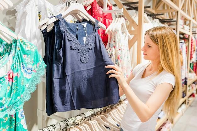 Mooie Kleding Kopen.Mooie Jonge Vrouw Kleding In Winkel Kopen Foto Gratis Download