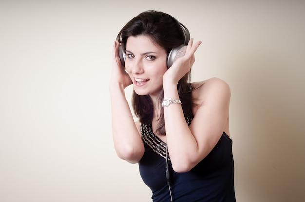 Mooie jonge vrouw, luisteren naar muziek Premium Foto