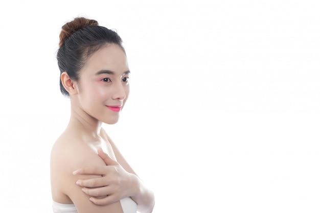 Mooie jonge vrouw met een gelukkige glimlach gelaatsuitdrukkingen en gebaren met de hand, schoonheid concepten en spa Gratis Foto