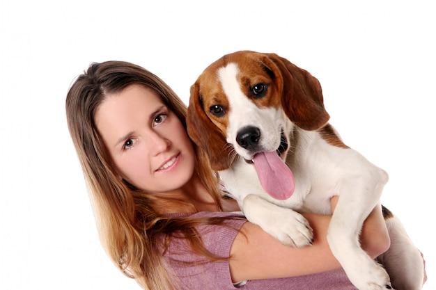 Mooie jonge vrouw met hond Gratis Foto
