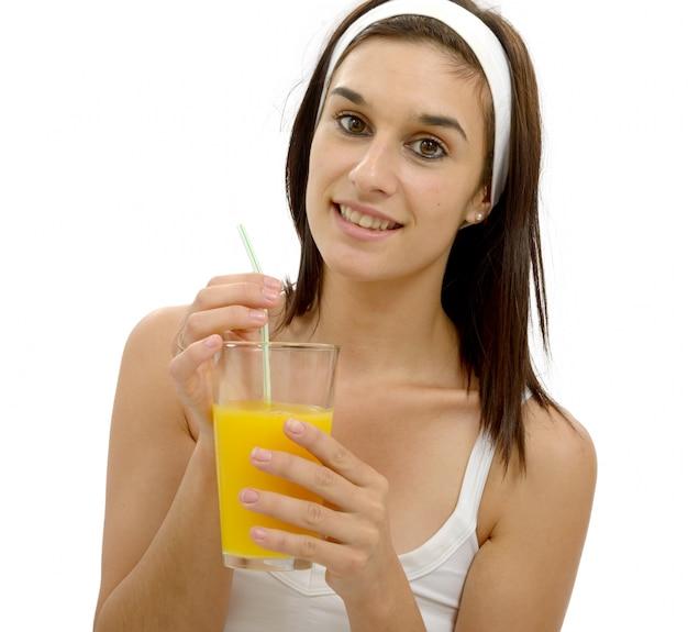 Mooie jonge vrouw met jus d'orange Premium Foto
