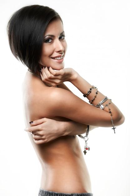 Mooie jonge vrouw met juwelen op handen die op wit worden geïsoleerd Gratis Foto