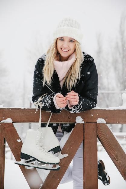 Mooie jonge vrouw met schaatsen, close-up Premium Foto