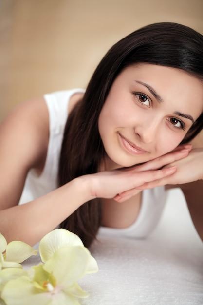 Mooie jonge vrouw met schone frisse huid aanraken eigen gezicht, gezichtsbehandeling, cosmetologie, schoonheid en spa, Premium Foto