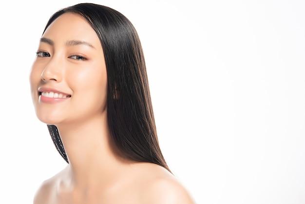 Mooie jonge vrouw met schone frisse huid. Premium Foto