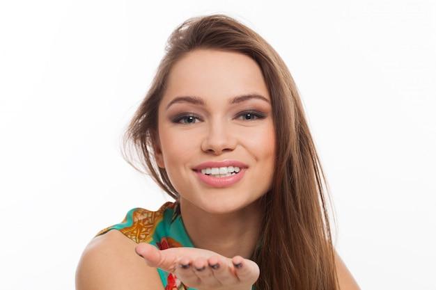 Mooie jonge vrouw stuurt een kus Gratis Foto