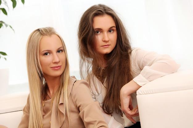 Mooie kaukasische vrouwen die thuis stellen Gratis Foto