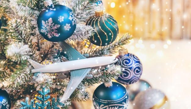 Mooie kerst ornamenten met sneeuw en vliegtuig Premium Foto