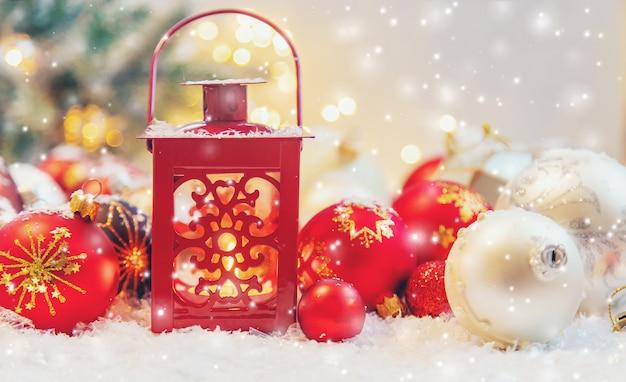 Mooie kerst ornamenten met sneeuw Premium Foto