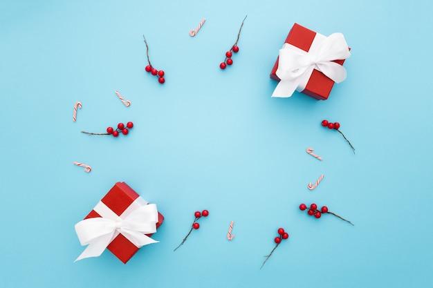 Mooie kerstcadeaus op een lichtblauwe achtergrond Gratis Foto