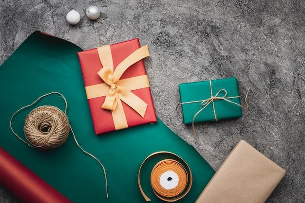 Mooie kerstcadeaus op marmeren achtergrond Gratis Foto