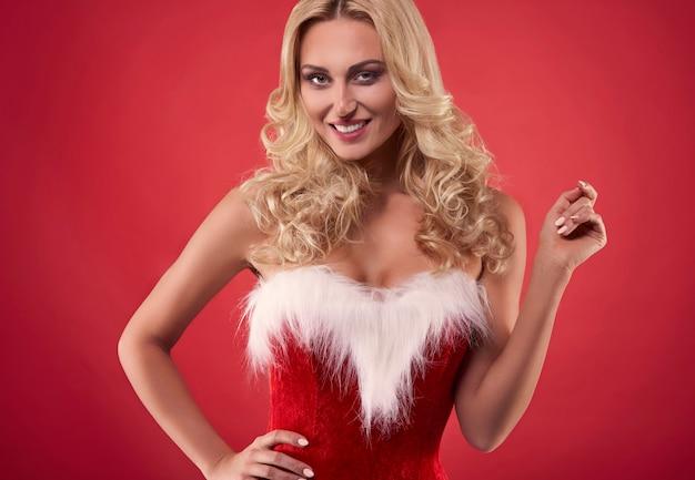Mooie kerstman op de rode achtergrond Gratis Foto