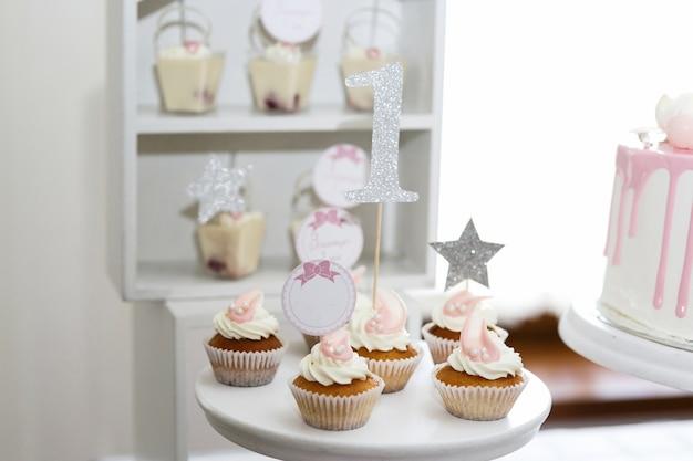 Mooie kleine cupcakes met witte crème geserveerd op witte schotel Gratis Foto