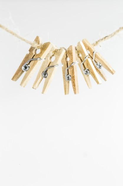 Mooie kleine decoratieve wasknijpers wegen op het touw, geïsoleerd op wit Gratis Foto